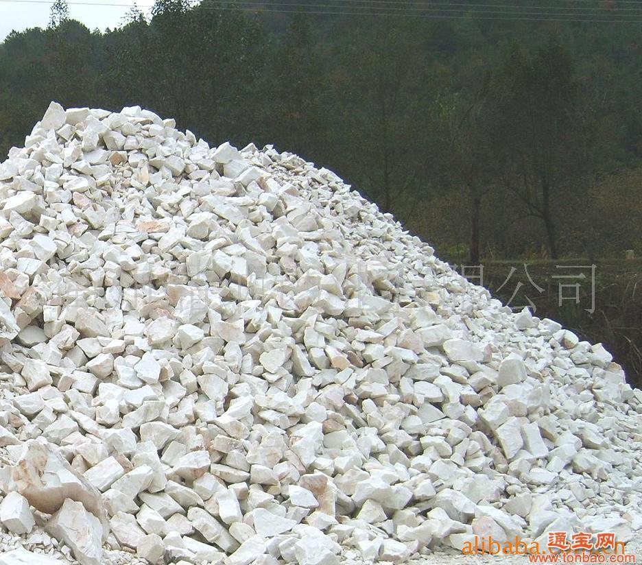应块灰块灰亦即块状生石灰,该产品是石灰石经高温煅烧而成,原材料